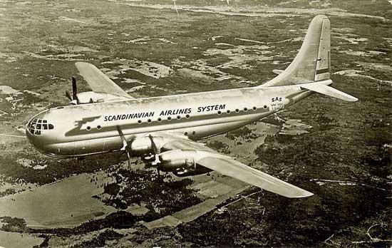 Vykort med bild på en Boeing Stratocruiser i SAS-dräkt. Ett fotomontage.